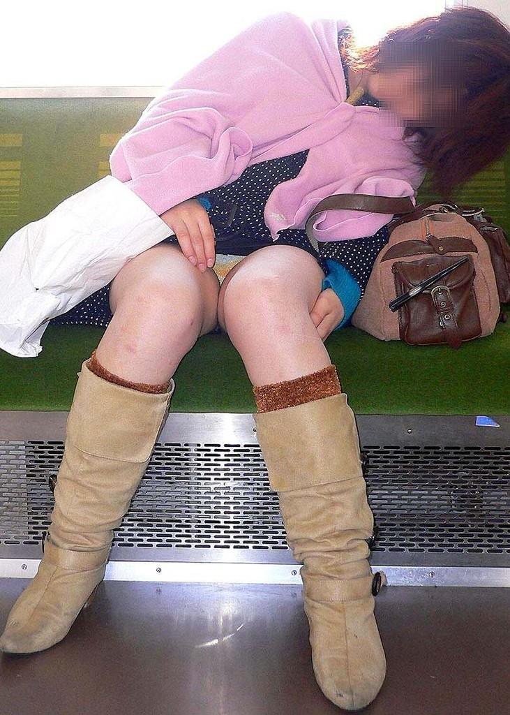 【盗撮エロ画像】電車で対面に座ったミニスカ女子のパンティー盗撮したった! 47
