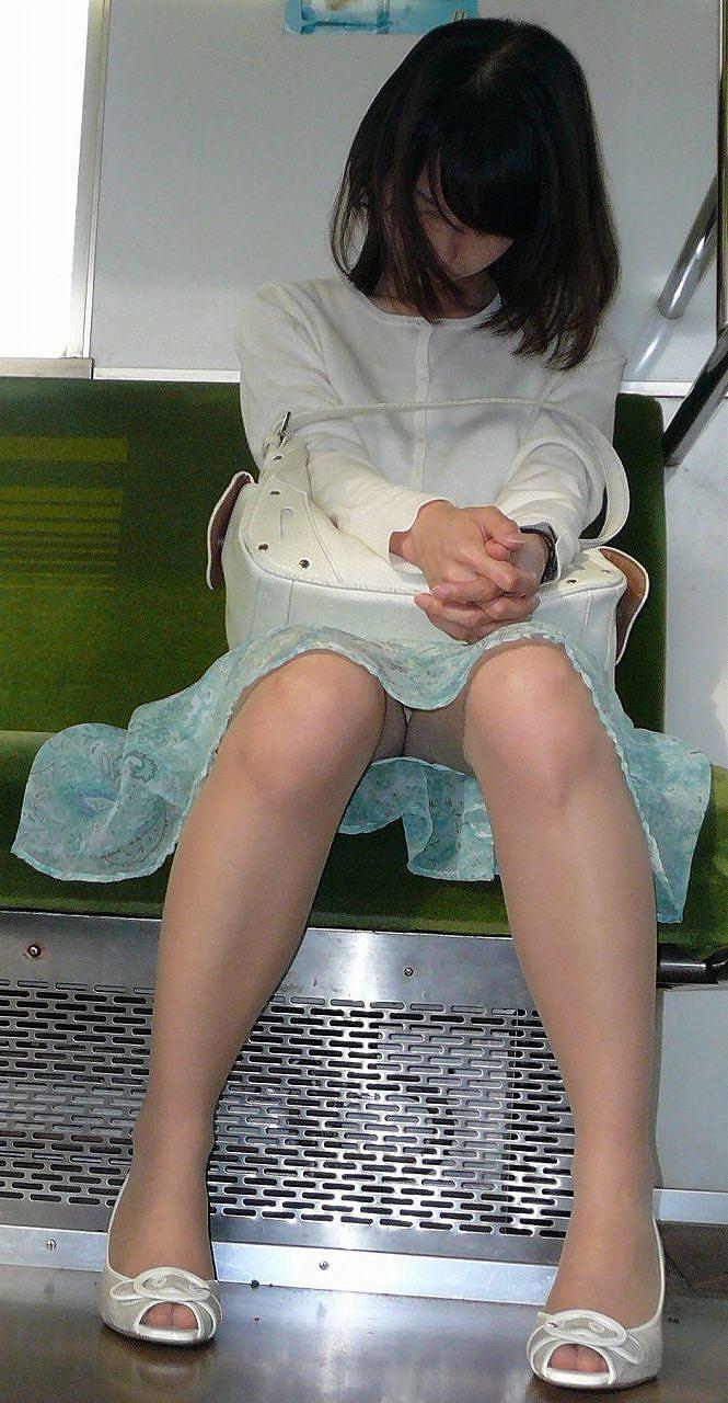【盗撮エロ画像】電車で対面に座ったミニスカ女子のパンティー盗撮したった! 50