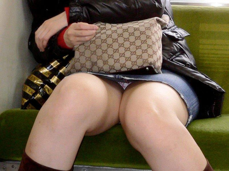 【盗撮エロ画像】電車で対面に座ったミニスカ女子のパンティー盗撮したった! 51