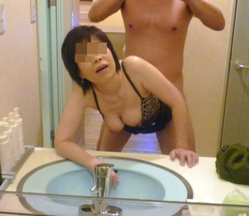 【素人投稿エロ画像】素人カップルの鏡撮りのセックス画像がプロ顔負けのエロさ! 37
