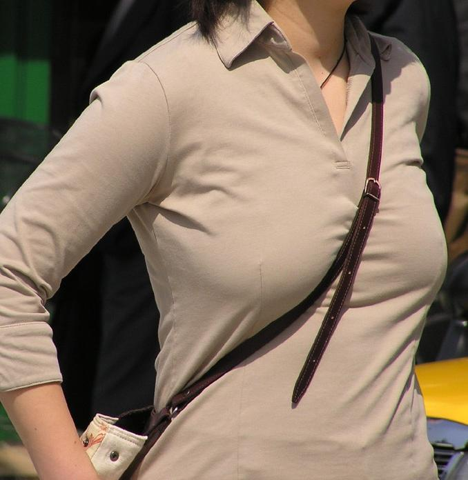 【着衣おっぱいエロ画像】バッグの肩紐がおっぱいに食い込んだ衝撃の画像w