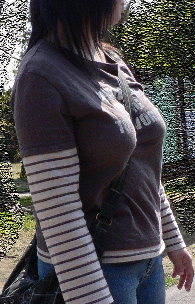 【着衣おっぱいエロ画像】バッグの肩紐がおっぱいに食い込んだ衝撃の画像w 12