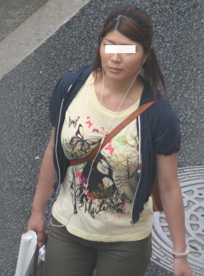 【着衣おっぱいエロ画像】バッグの肩紐がおっぱいに食い込んだ衝撃の画像w 15