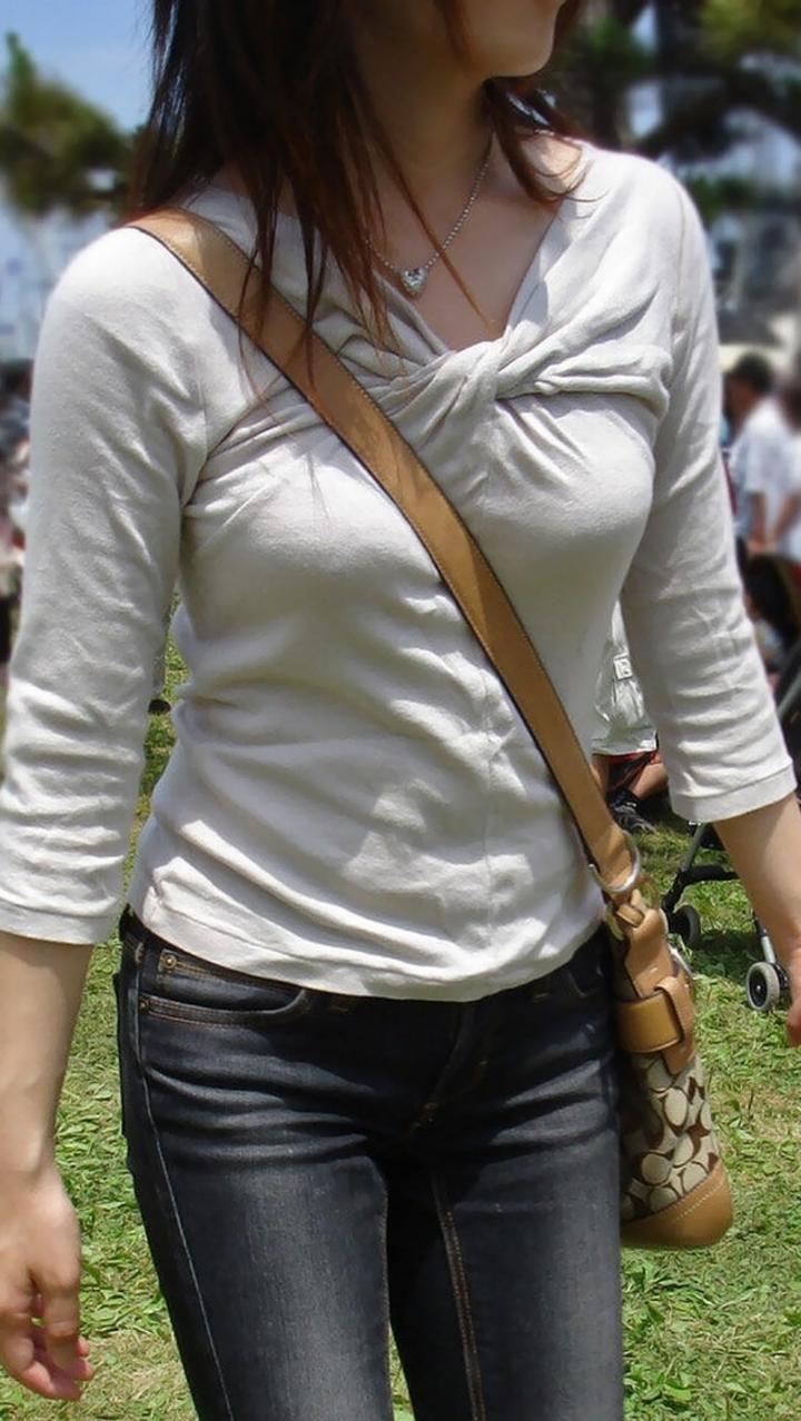 【着衣おっぱいエロ画像】バッグの肩紐がおっぱいに食い込んだ衝撃の画像w 17