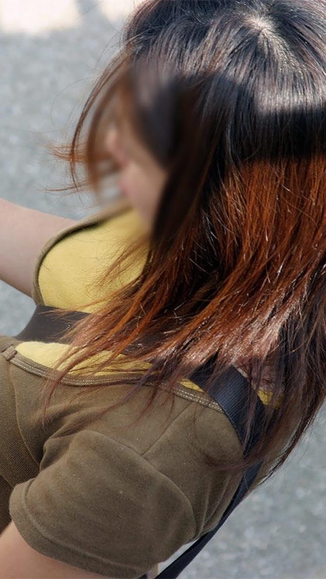 【着衣おっぱいエロ画像】バッグの肩紐がおっぱいに食い込んだ衝撃の画像w 39