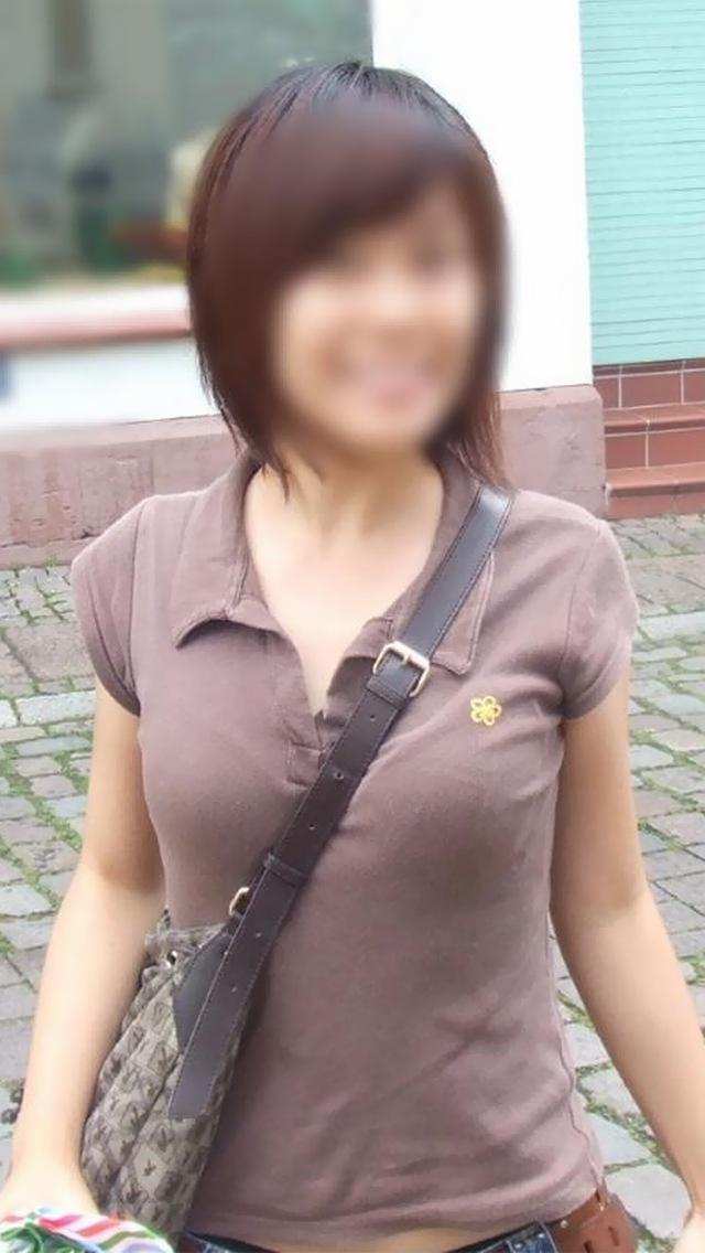 【着衣おっぱいエロ画像】バッグの肩紐がおっぱいに食い込んだ衝撃の画像w 41