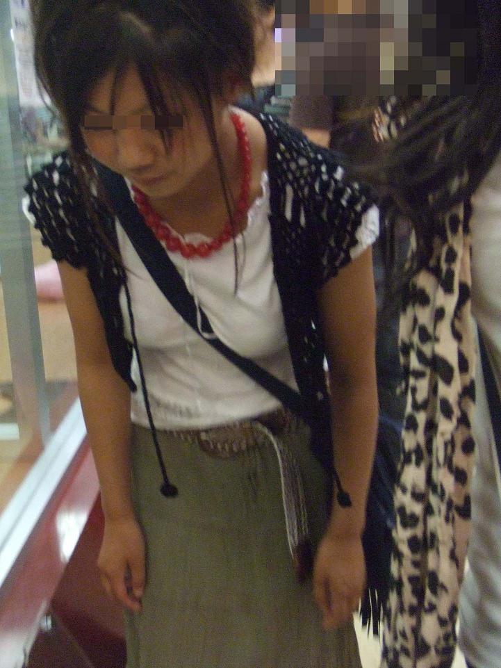【着衣おっぱいエロ画像】バッグの肩紐がおっぱいに食い込んだ衝撃の画像w 54