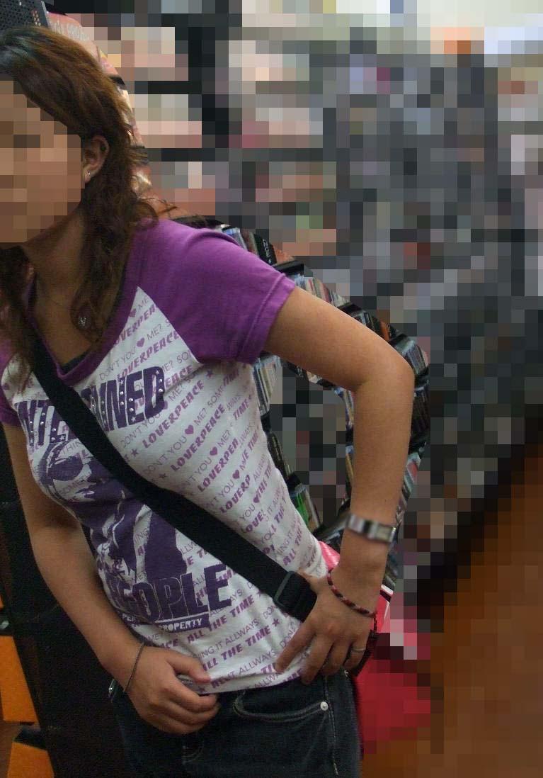 【着衣おっぱいエロ画像】バッグの肩紐がおっぱいに食い込んだ衝撃の画像w 58
