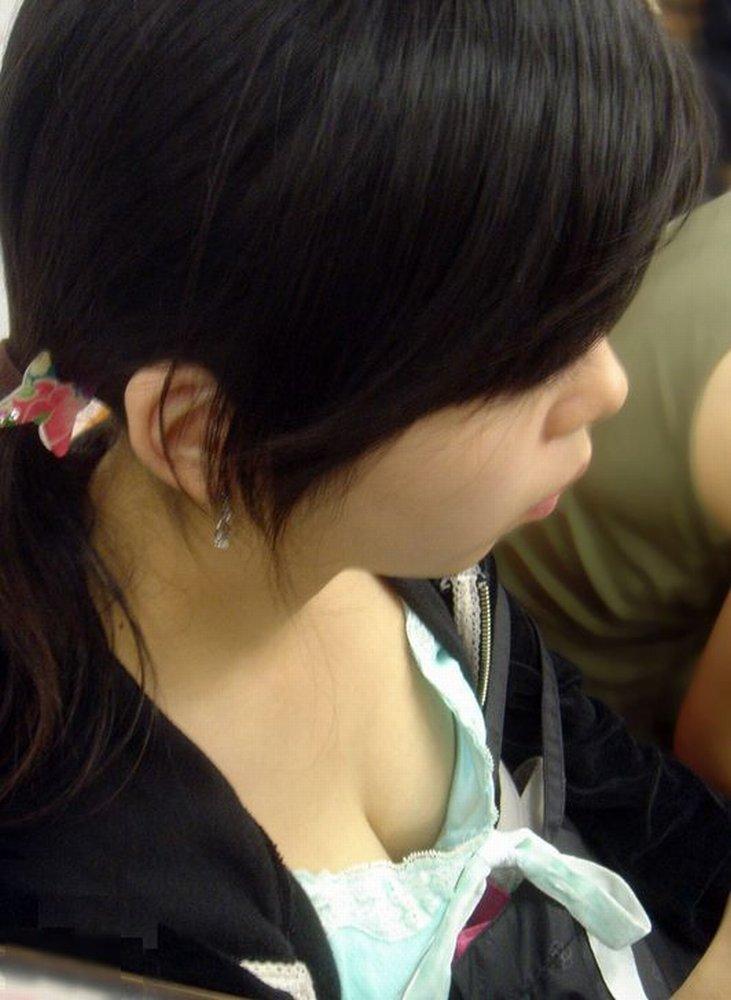 【胸チラエロ画像】素人娘の偶然見えたおっぱいがやたらと生々しいぞ! 08