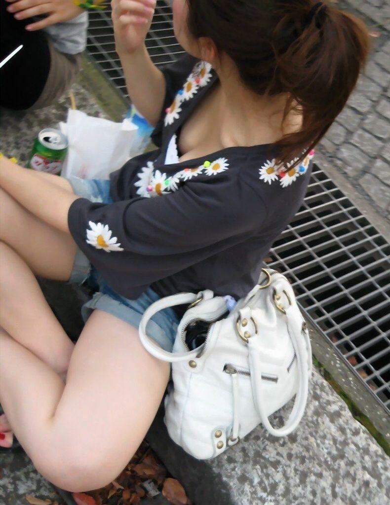 【胸チラエロ画像】素人娘の偶然見えたおっぱいがやたらと生々しいぞ! 14