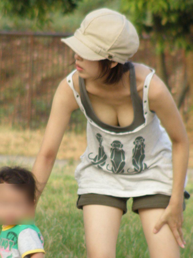 【胸チラエロ画像】素人娘の偶然見えたおっぱいがやたらと生々しいぞ! 15