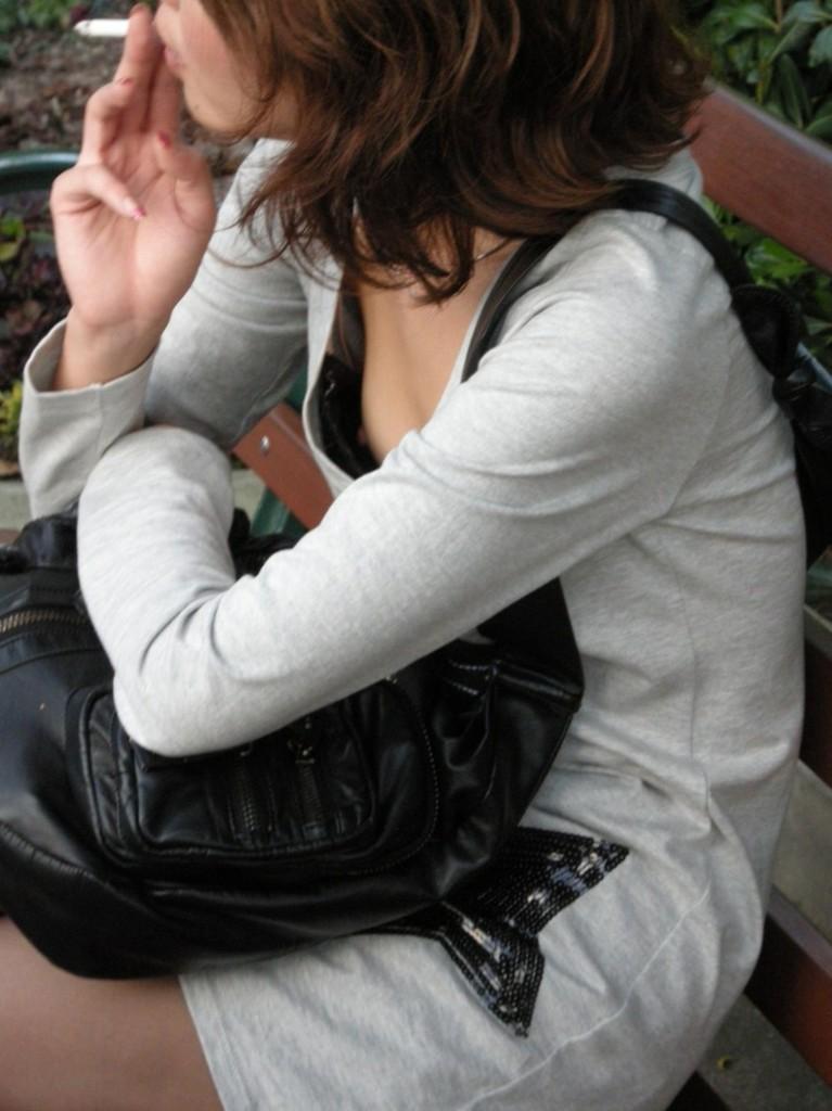 【胸チラエロ画像】素人娘の偶然見えたおっぱいがやたらと生々しいぞ! 27