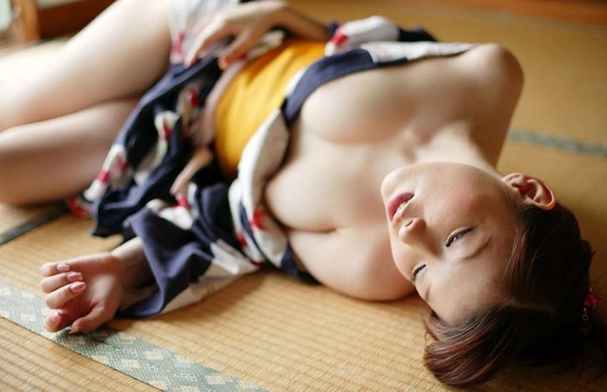 【和服エロ画像】肌蹴た着物から覗く白い肌が悩ましい大和撫子たち! 11
