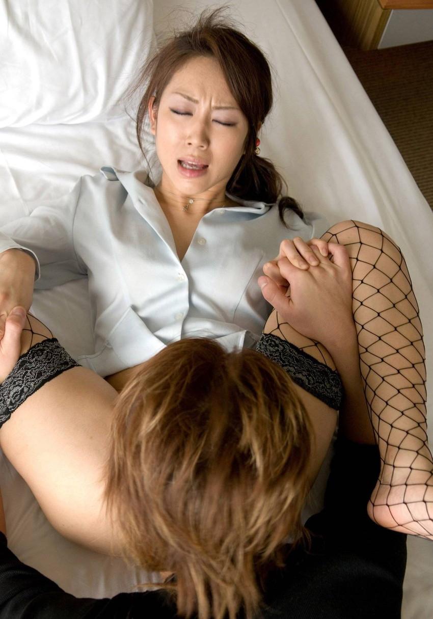 【クンニエロ画像】オマンコ舐められて喘ぎまくる女たちの羞恥の表情がめちゃエロ! 26