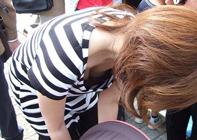 【胸チラエロ画像】油断した胸元を激写!乳首まで見えそうな胸チラ!
