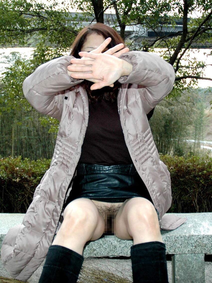 【野外露出エロ画像】人の目なんて気にしない!どこでも脱いじゃう露出狂!w 05