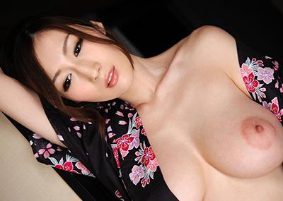 【AV女優エロ画像】厭らしい乳輪と美くしすぎる乳房を併せ持ったジュリアというAV女優