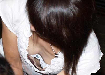 【胸チラエロ画像】街中で見つけた素人娘の胸チラ画像にフル勃起!