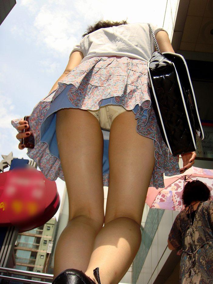 【パンチラエロ画像】ローアングルからスカートの中身を狙い撃ちしたった! 06