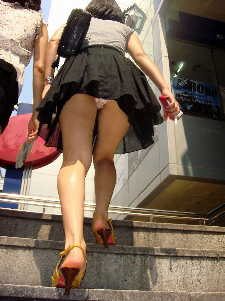 【パンチラエロ画像】ローアングルからスカートの中身を狙い撃ちしたった! 07