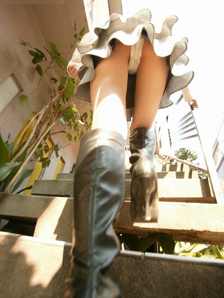 【パンチラエロ画像】ローアングルからスカートの中身を狙い撃ちしたった! 11