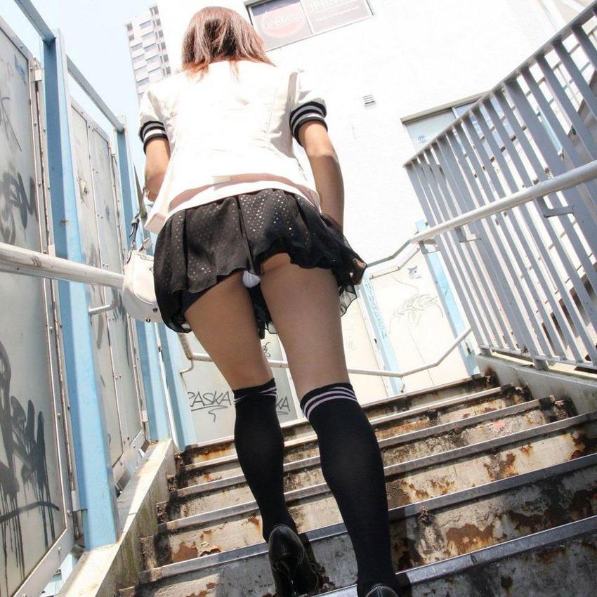【パンチラエロ画像】ローアングルからスカートの中身を狙い撃ちしたった! 12