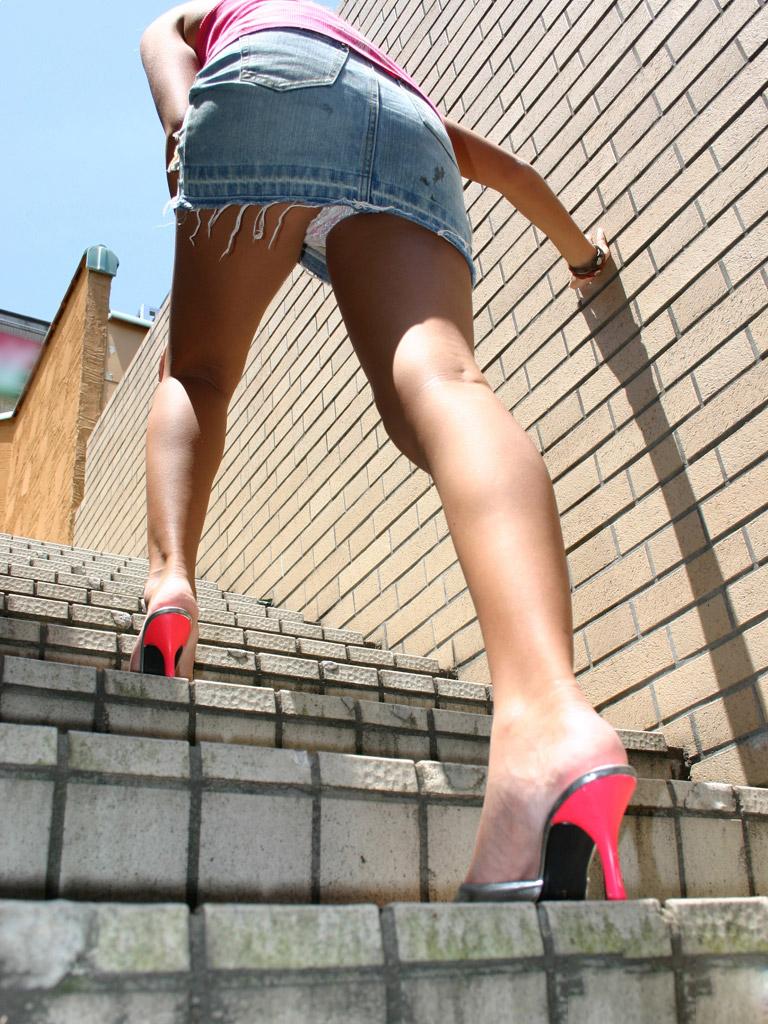 【パンチラエロ画像】ローアングルからスカートの中身を狙い撃ちしたった! 15
