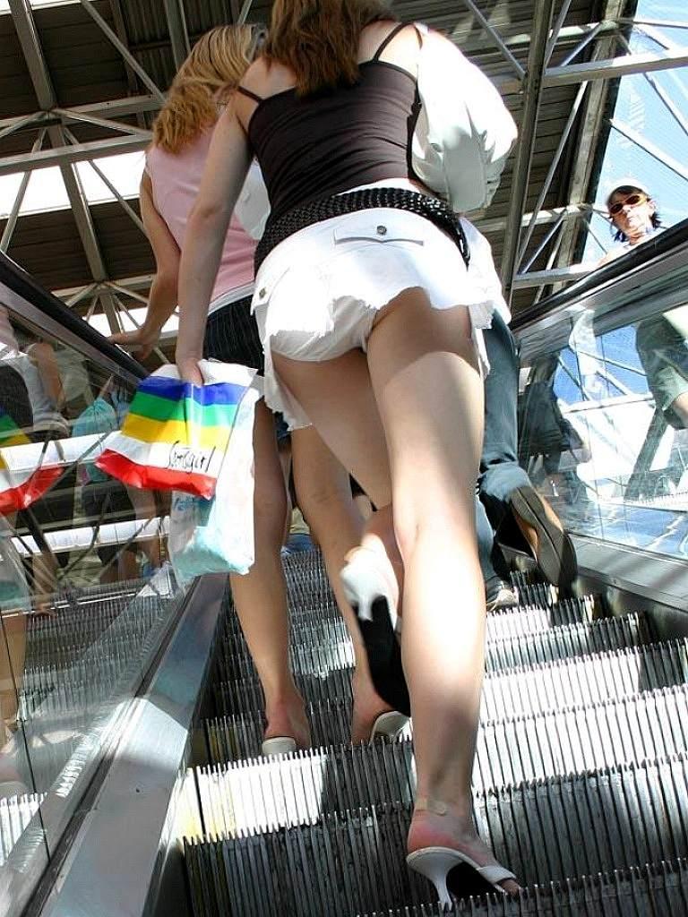 【パンチラエロ画像】ローアングルからスカートの中身を狙い撃ちしたった! 24