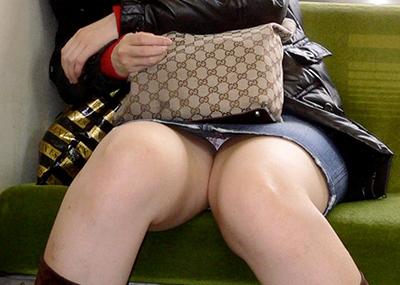 【盗撮エロ画像】対面の席に座ったスカート姿の女の子の股間が気になる件。