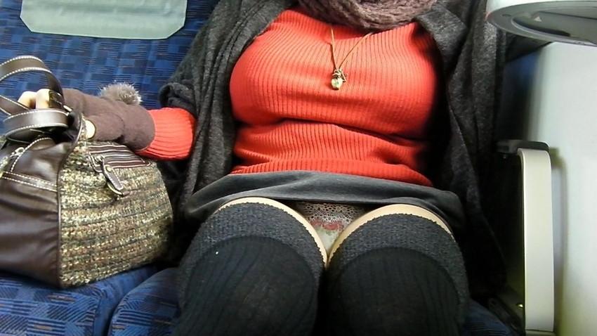 【盗撮パンチラエロ画像】対面の席に座ったスカート姿の女の子の股間が気になる件。