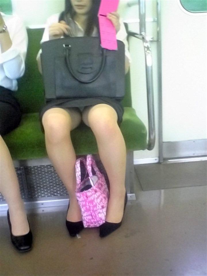 【盗撮パンチラエロ画像】対面の席に座ったスカート姿の女の子の股間が気になる件。 05