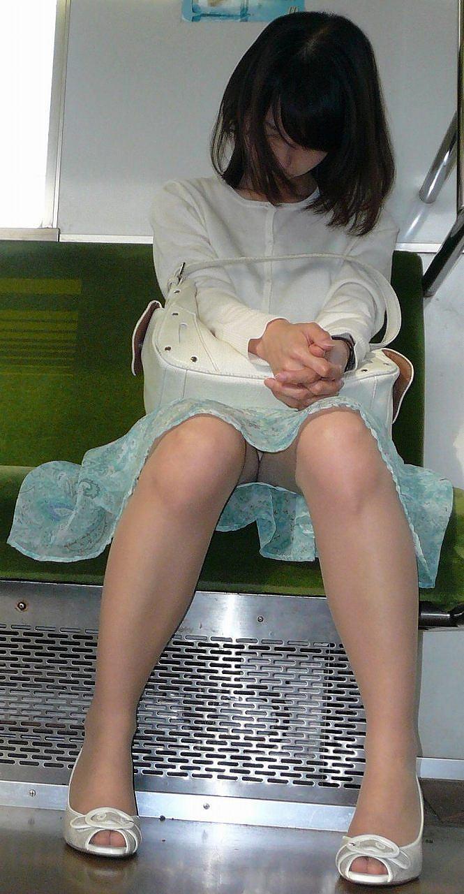 【盗撮パンチラエロ画像】対面の席に座ったスカート姿の女の子の股間が気になる件。 06