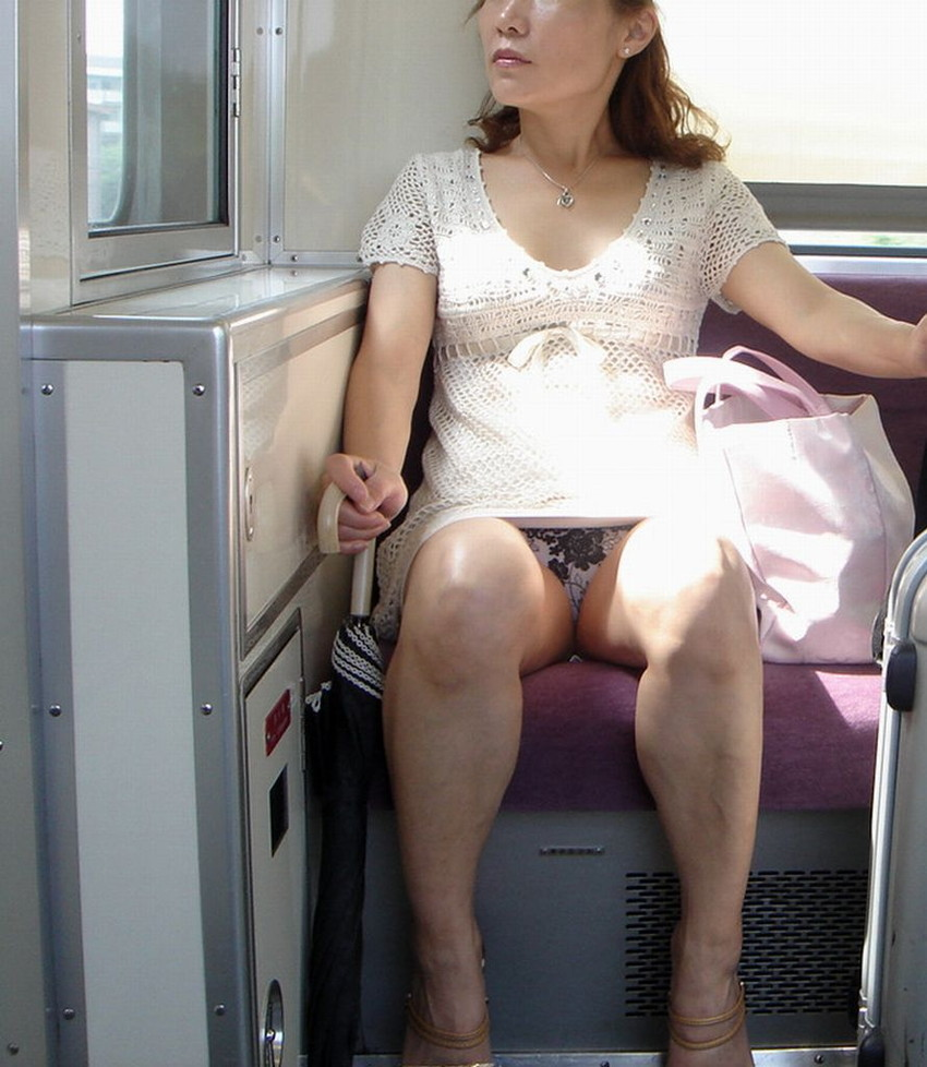 【盗撮パンチラエロ画像】対面の席に座ったスカート姿の女の子の股間が気になる件。 07