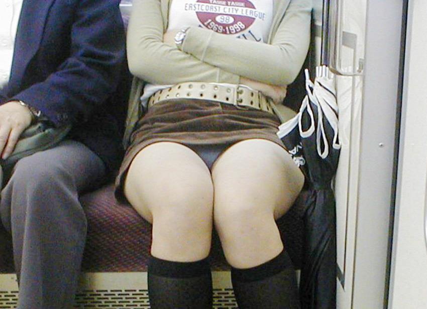 【盗撮パンチラエロ画像】対面の席に座ったスカート姿の女の子の股間が気になる件。 09