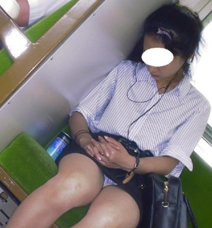【盗撮パンチラエロ画像】対面の席に座ったスカート姿の女の子の股間が気になる件。 13