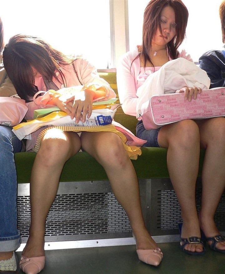 【盗撮パンチラエロ画像】対面の席に座ったスカート姿の女の子の股間が気になる件。 14