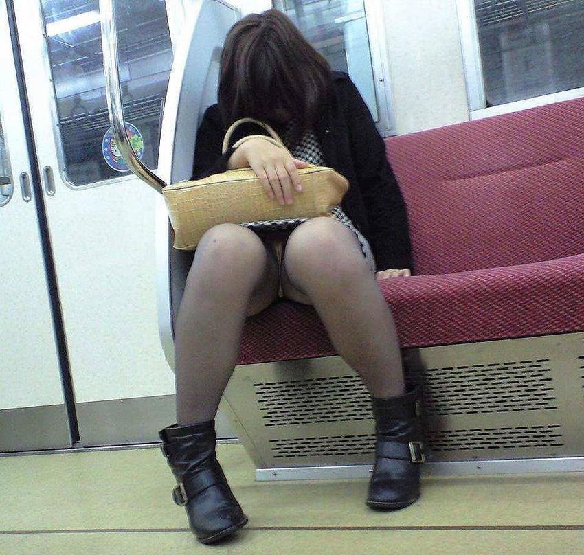 【盗撮パンチラエロ画像】対面の席に座ったスカート姿の女の子の股間が気になる件。 16