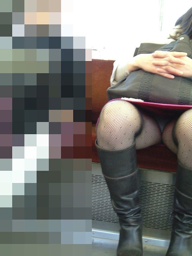 【盗撮パンチラエロ画像】対面の席に座ったスカート姿の女の子の股間が気になる件。 17