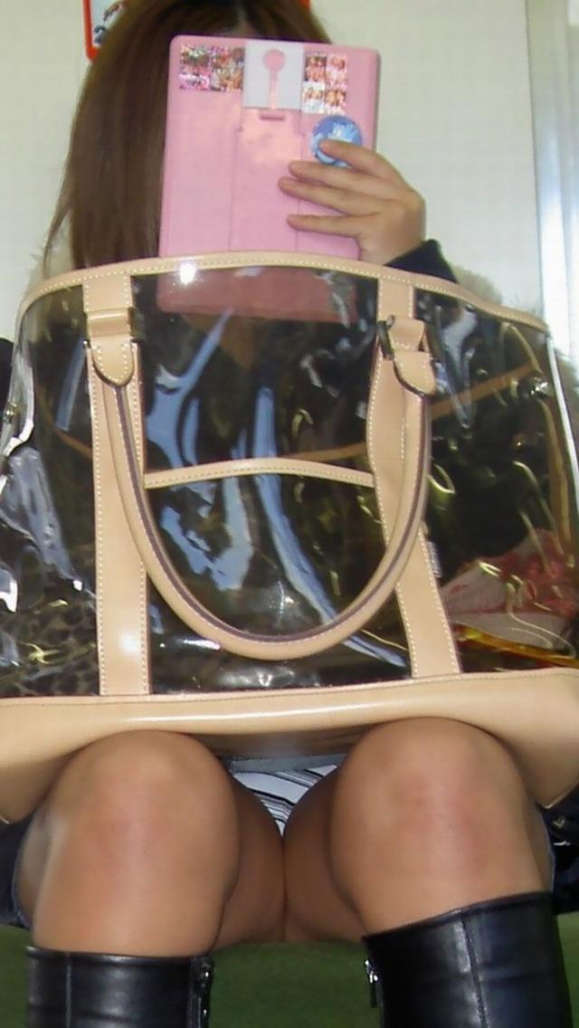 【盗撮パンチラエロ画像】対面の席に座ったスカート姿の女の子の股間が気になる件。 21