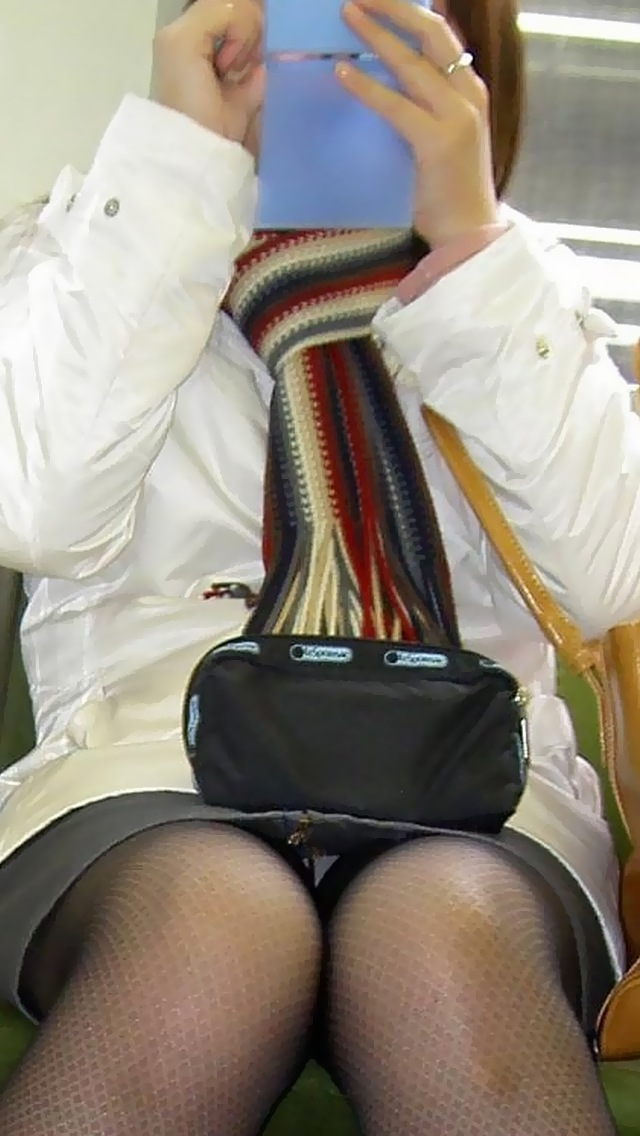 【盗撮パンチラエロ画像】対面の席に座ったスカート姿の女の子の股間が気になる件。 22