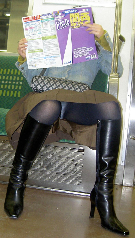 【盗撮パンチラエロ画像】対面の席に座ったスカート姿の女の子の股間が気になる件。 24