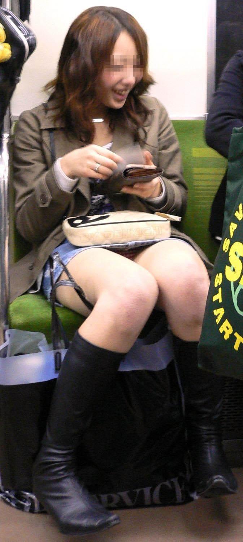 【盗撮パンチラエロ画像】対面の席に座ったスカート姿の女の子の股間が気になる件。 25