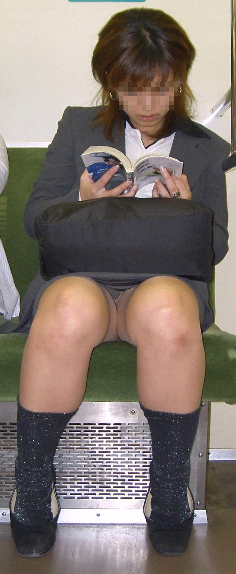 【盗撮パンチラエロ画像】対面の席に座ったスカート姿の女の子の股間が気になる件。 26