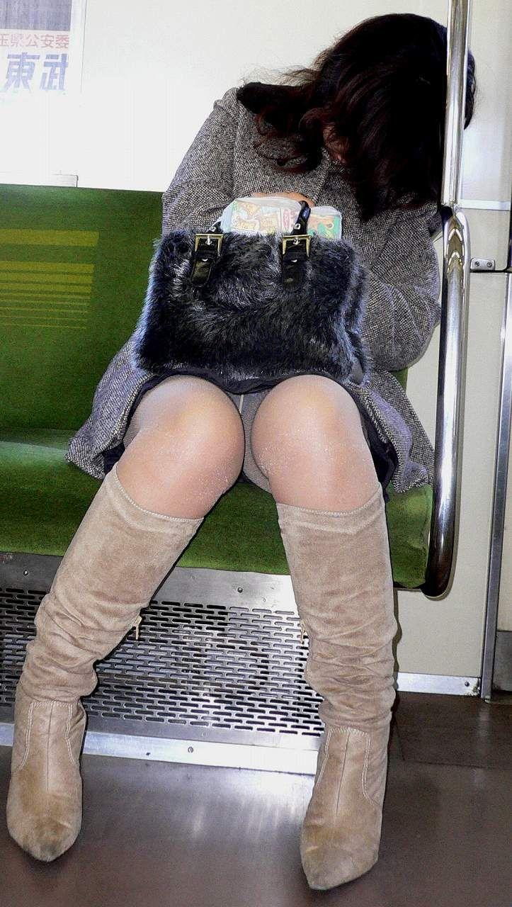【盗撮パンチラエロ画像】対面の席に座ったスカート姿の女の子の股間が気になる件。 29