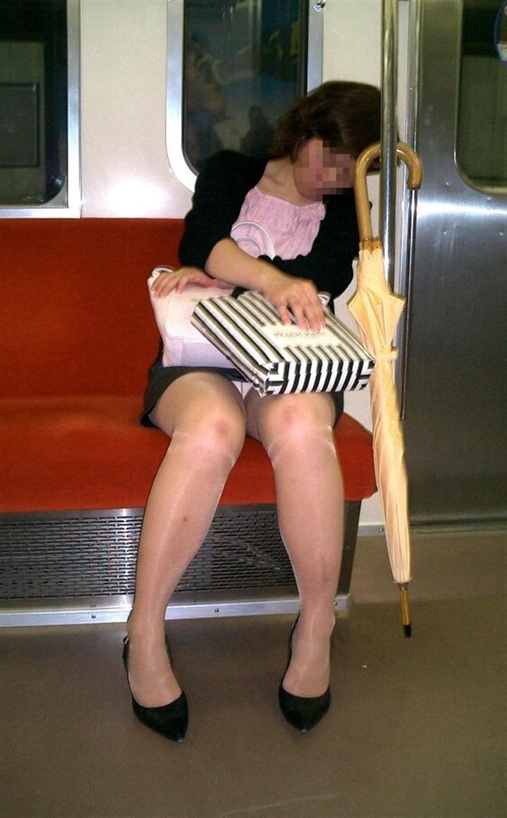 【盗撮パンチラエロ画像】対面の席に座ったスカート姿の女の子の股間が気になる件。 30