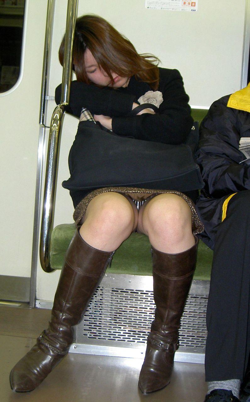 【盗撮パンチラエロ画像】対面の席に座ったスカート姿の女の子の股間が気になる件。 32