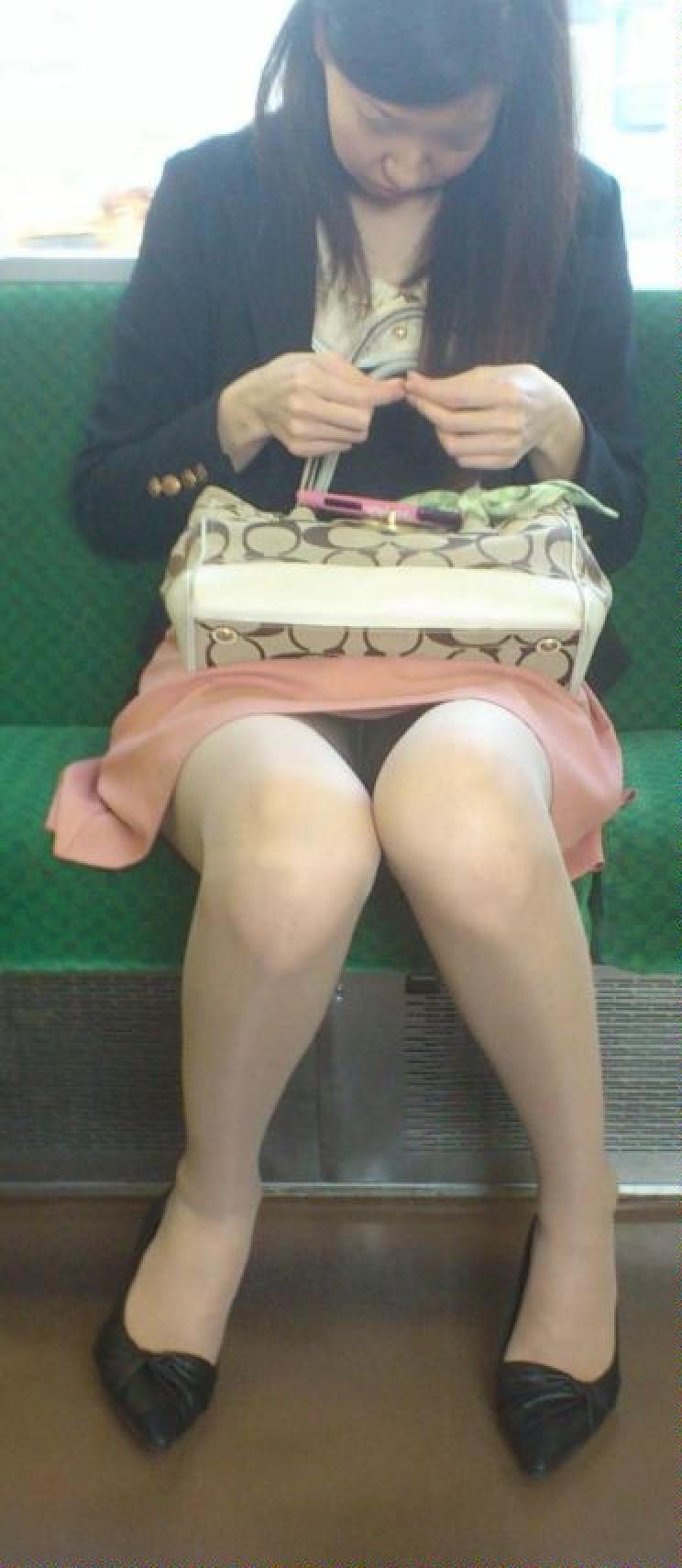 【盗撮パンチラエロ画像】対面の席に座ったスカート姿の女の子の股間が気になる件。 35