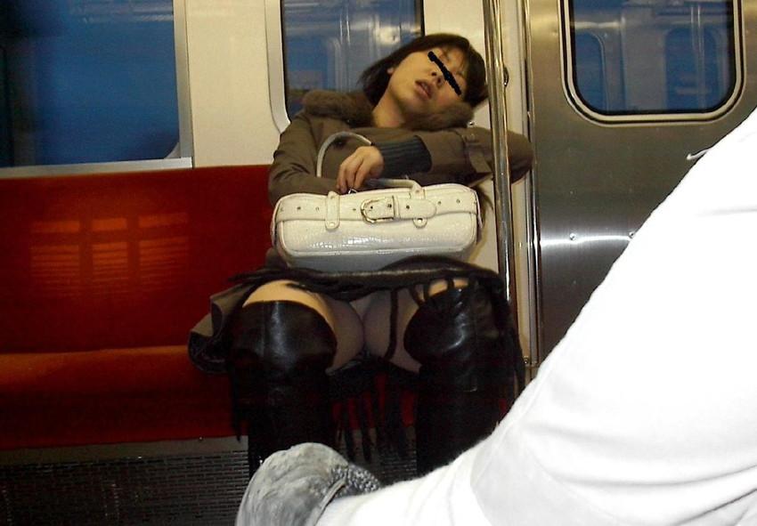 【盗撮パンチラエロ画像】対面の席に座ったスカート姿の女の子の股間が気になる件。 38