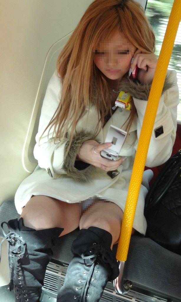 【盗撮パンチラエロ画像】対面の席に座ったスカート姿の女の子の股間が気になる件。 39