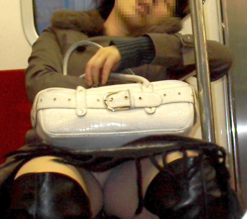 【盗撮パンチラエロ画像】対面の席に座ったスカート姿の女の子の股間が気になる件。 41